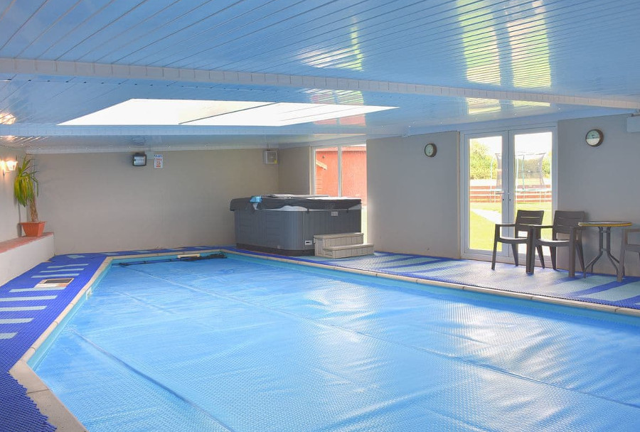 The indoor swimming pool and private hot tub at Ashdene Cottage in South Marston