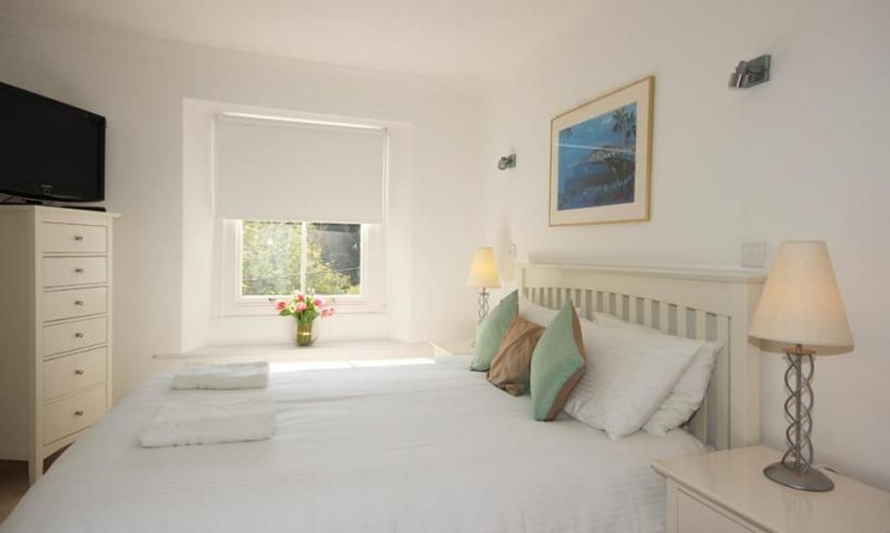 1 of the 6 bedrooms at Batson House in Salcombe