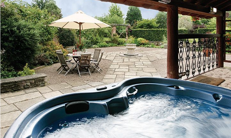 The hot tub and garden at Bearwood House