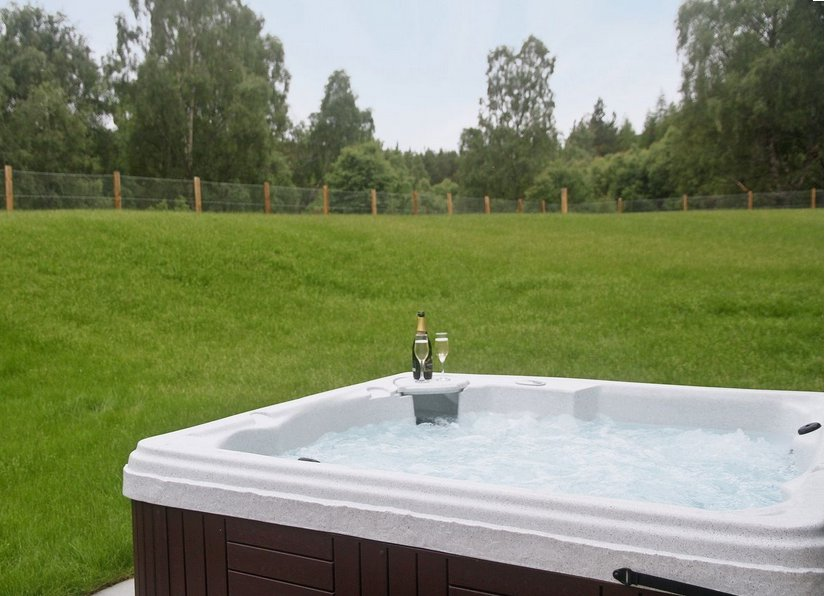 Hot tub in the garden at Birch Corned