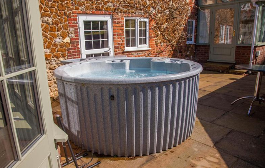 The outdoor hot tub at Cheney Hollow in Norfolk