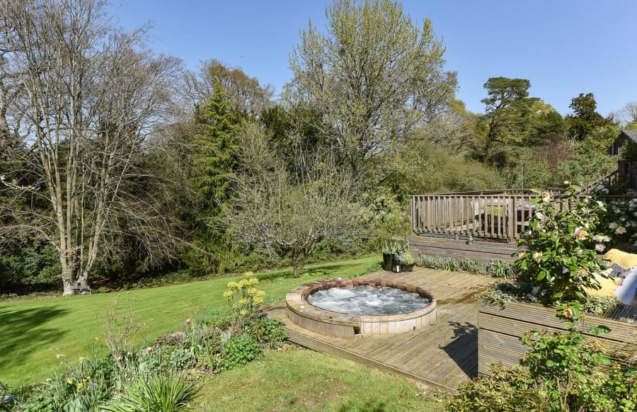 Dashwood House has a large garden, with a patio and a wood fired hot tub