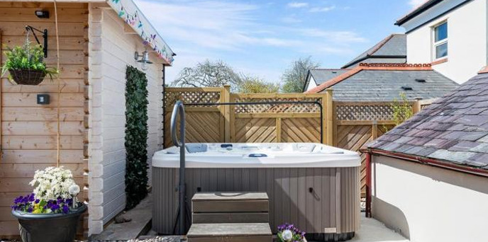 The private hot tub at Mariners House in Devon