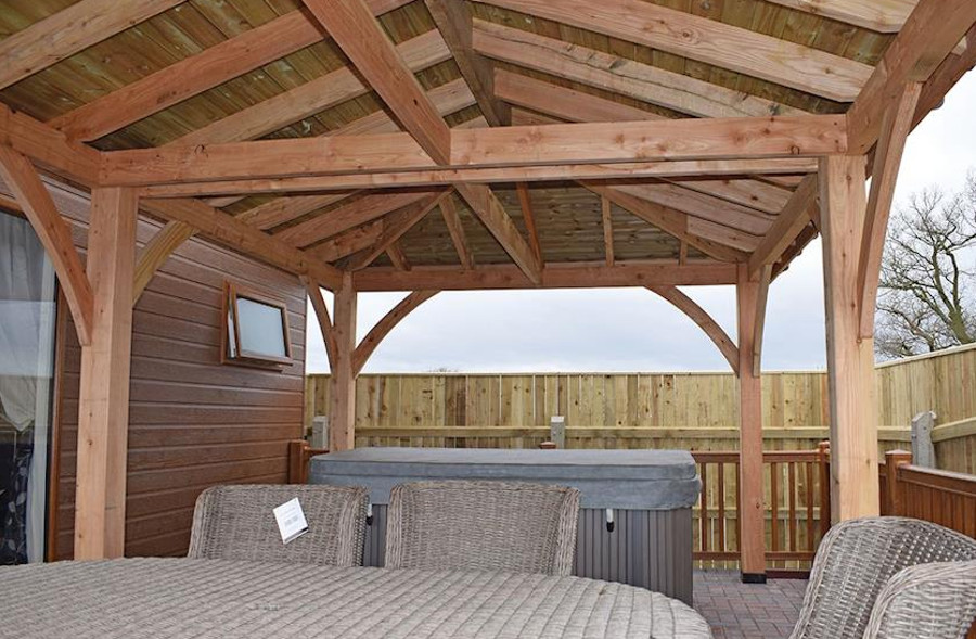 The outdoor hot tub at one of the lodges in Caistor Lakes Lodges