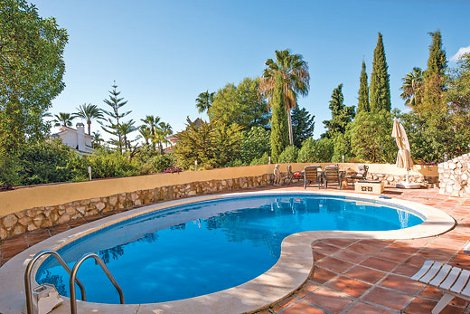 The swimming pool at Villa Topaz in Marbella